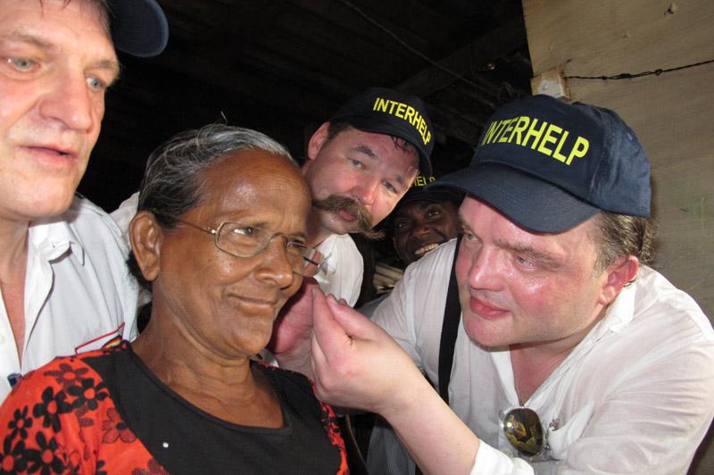 Hilfe für Menschen in Not auf Sri Lanka: Alexander Fürst zu Schaumburg-Lippe, Ulrich Behmann und Reinhold Klostermann in den Slums von Mount Lavinia.